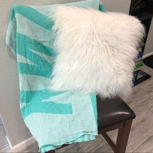 VICTORIA SECRET PINK NWT blanket & white pillow